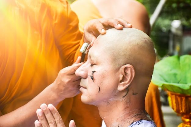 Gros plan de cheveux rasés pour homme bouddhiste ordonné avec espace de copie Photo Premium