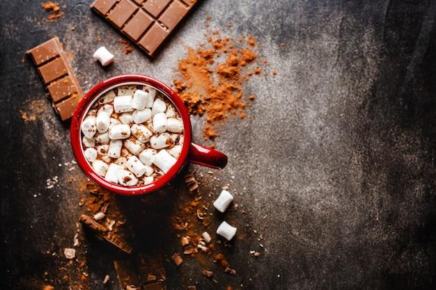 Gros plan de chocolat chaud avec des guimauves Photo Premium