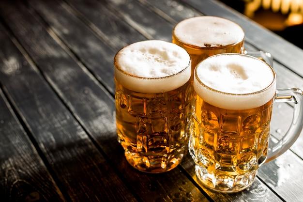 Gros plan, de, chopes, à, bière fraîche Photo Premium