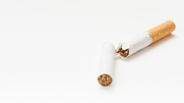 Gros plan, cigarette, cassé, sur, toile de fond blanc Photo gratuit