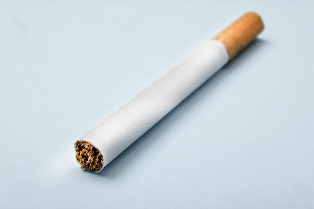 Gros plan, cigarette, isolé, bleu Photo Premium