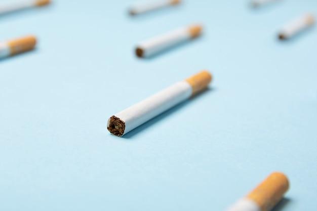 Gros plan, de, cigarettes tabac, sur, pastel bleu Photo Premium