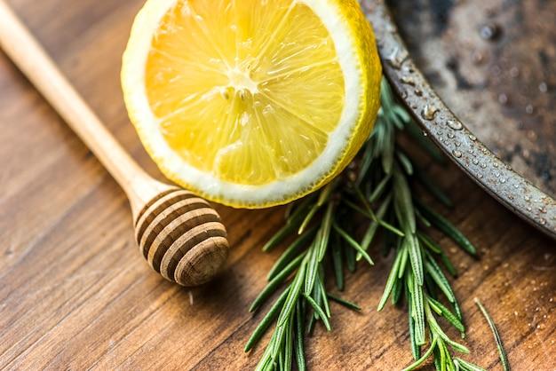 Gros plan de citron et de romarin Photo gratuit