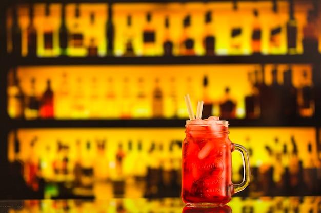 Gros plan, cocktail, dans, bocal mason, à, comptoir bar Photo gratuit