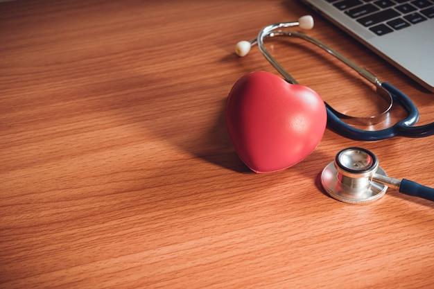 Gros plan, coeur, stéthoscope, bureau concept d'assurance-vie. Photo Premium