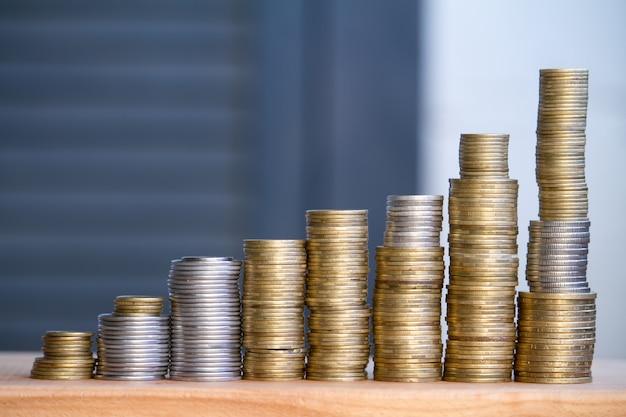 Gros plan, colonnes, monnaies multicolores, de plus en plus haute Photo Premium