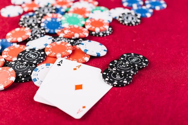 Gros plan, coloré, puces, deux, as, cartes, jouer, table, poker Photo gratuit
