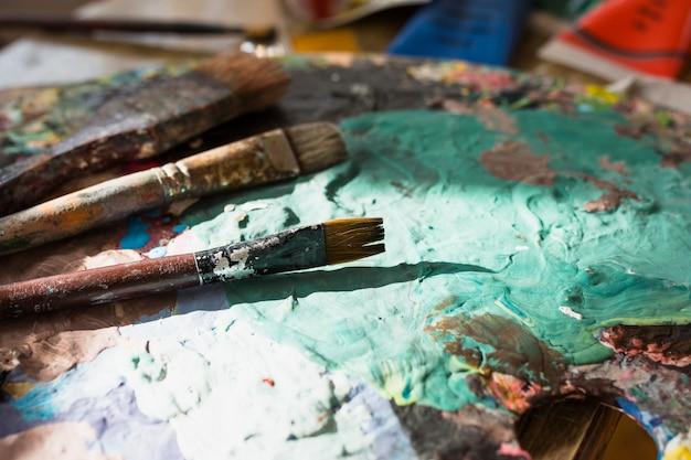 Gros plan, coloré, vieux, désordre, pinceau, palette, palette Photo gratuit