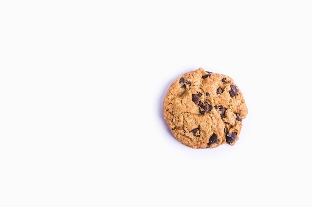 Gros Plan D'un Cookie Aux Pépites De Chocolat Isolé Photo gratuit