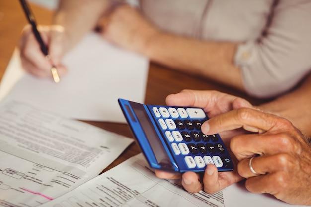 Gros plan, couple aîné, compter, factures, chez soi Photo Premium