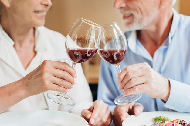 Gros plan, couple, cliquetis, lunettes, toast Photo gratuit