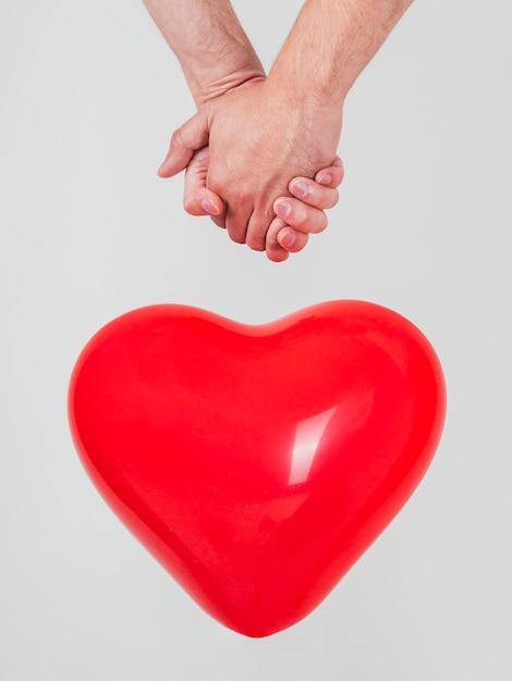 Gros plan, de, couple gay, tenant mains, à, ballon Photo gratuit
