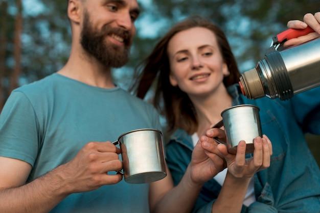 Gros plan d'un couple heureux versant du thé Photo gratuit