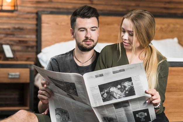 Gros plan, couple, regarder, journal Photo gratuit
