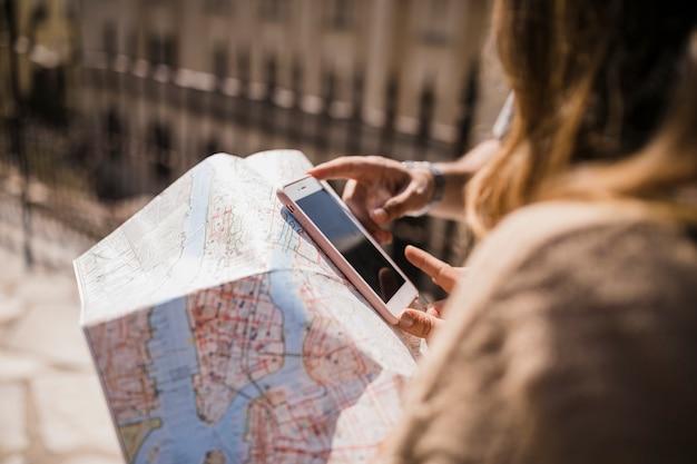 Gros plan, couple, regarder, téléphone portable, et, carte Photo gratuit