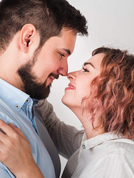Gros plan, couple, s'embrasser, presque, pour, valentines Photo gratuit
