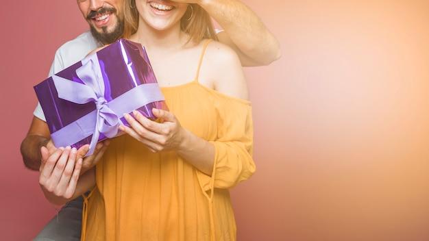 Gros plan, couple, tenue, emballé, pourpre, boîte cadeau Photo gratuit
