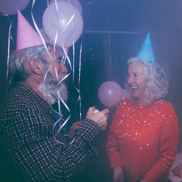 Gros Plan, De, Couples Aînés, Apprécier, Dans, Les, Anniversaire Photo gratuit
