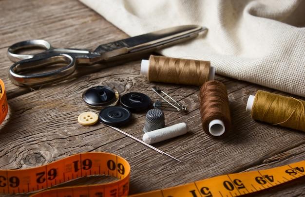 Gros plan, couture, item, sur, table bois Photo Premium