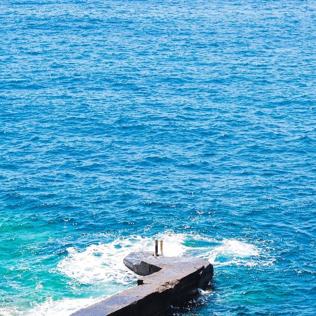 Gros plan, cristallin, eau ondulée, à, bord mer Photo gratuit