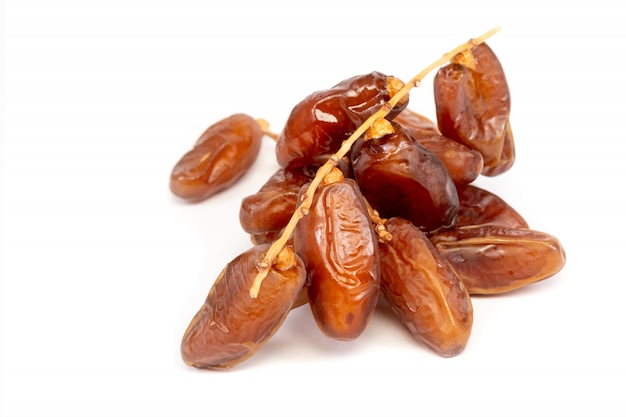 Gros plan des dates de cluster plam. dates fraîches plam sur fond blanc. Photo Premium