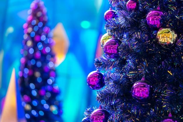 Gros plan décoratif boule disco. arbre de noël décoré sur flou Photo Premium