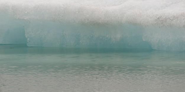 Gros plan délicate fusion iceberg au bord de l'eau Photo Premium