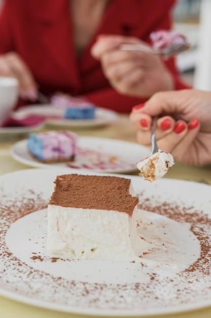 Gros plan délicieux gâteau sur une assiette Photo gratuit