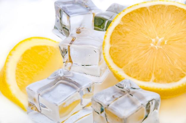 Gros plan d'un demi-citron juteux et de glaçons rafraîchissants Photo Premium
