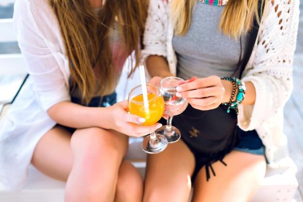 Gros Plan Des Détails De La Fête, Deux Amis S'amusant à La Fête Du Bar De La Plage, Se Concentrer Sur Les Cocktails, Atmosphère Heureuse De Vacances, Plaisir Fou, Vêtements élégants Et Brillants. Photo gratuit