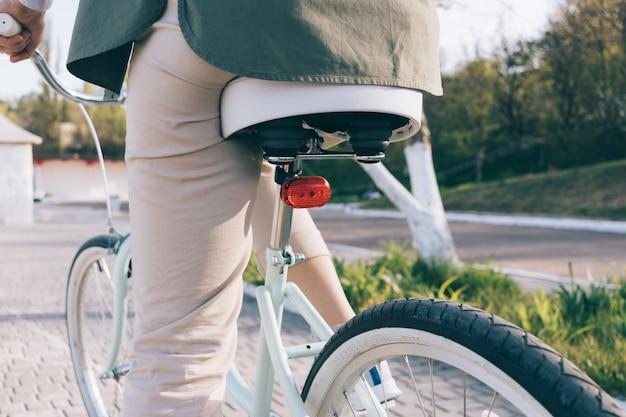 Gros plan, de, détails, de, a, vintage, vélo bleu, à, pneus blancs Photo Premium