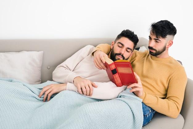 Gros Plan, Deux, Couple Homosexuel, Lecture Livre, Mensonge, Dessous, Couverture, Divan Photo gratuit