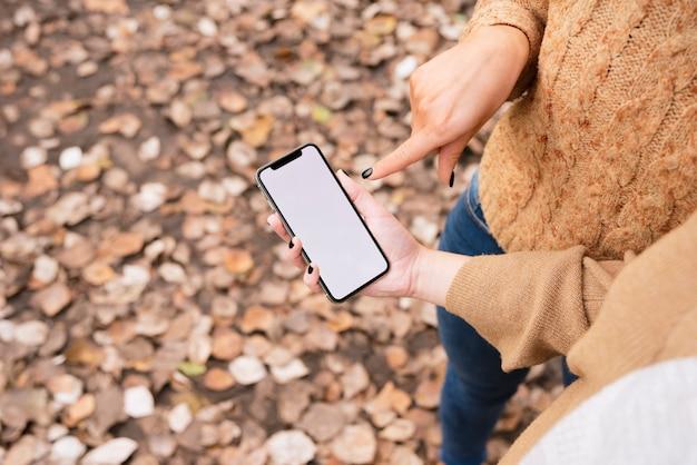 Gros plan, deux, jeunes femmes, regarder téléphone Photo gratuit