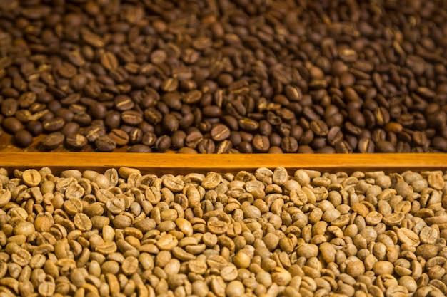Gros plan, deux, types, de, grains café, fond Photo gratuit
