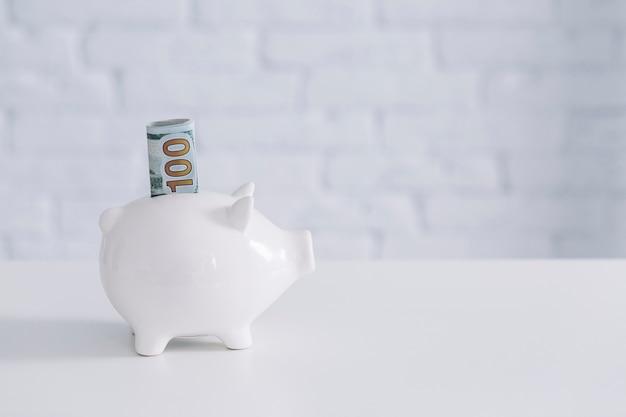 Gros plan, de, dollar cent, note monnaie, dans, tirelire, sur, bureau Photo gratuit
