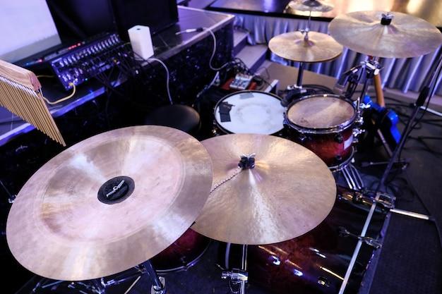 Gros plan, de, doré, bronze, plaque, cymbale, partie, de, tambour, hors, focus, instrument, parties, dans, fond Photo Premium