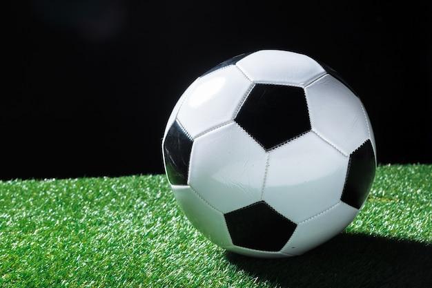 Gros Plan Du Ballon Sur L'herbe Verte Photo Premium