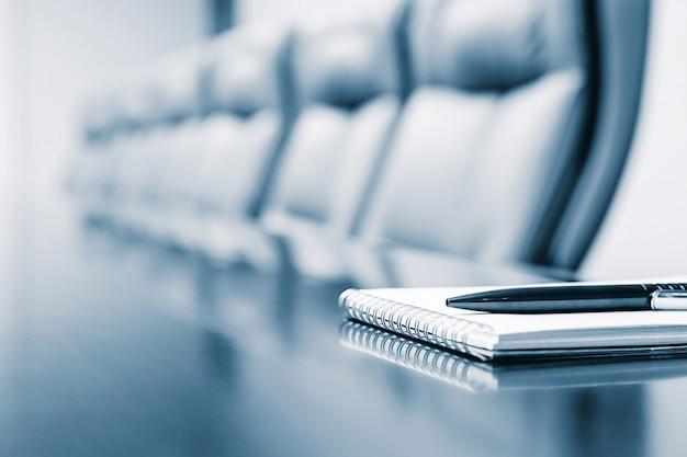 Gros plan du bloc-notes gardé sur la table dans une pièce vide Photo Premium