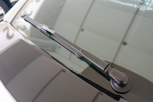 Gros plan du bras d'essuie-glace arrière est un dispositif utilisé pour enlever la pluie, la neige Photo Premium