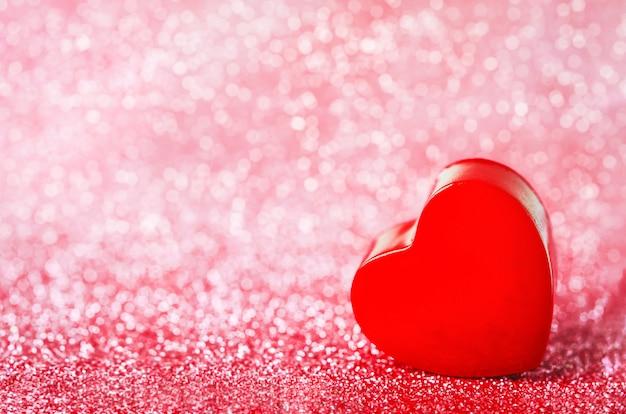 Gros Plan Du Coeur Rouge Sur Des Paillettes Rouges Photo Premium