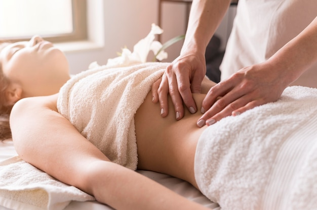 Gros Plan Du Concept De Massage De L'abdomen Photo Premium