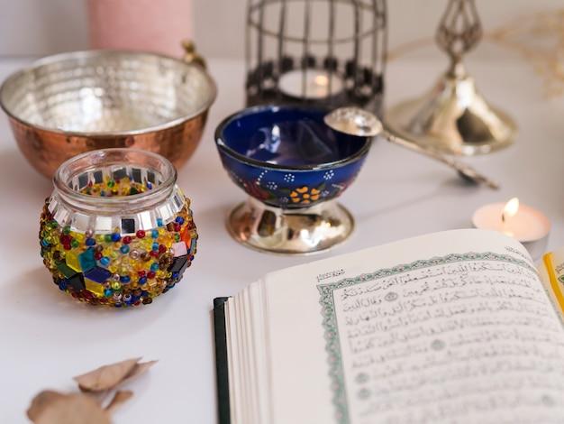 Gros Plan Du Coran Ouvert Sur La Table De Fête Photo gratuit