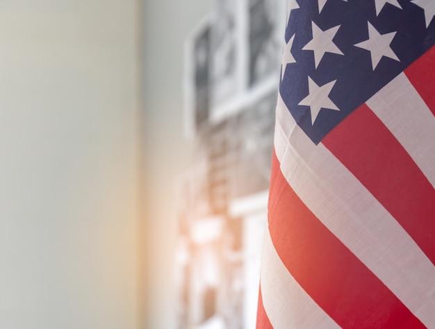 Gros plan du drapeau américain avec espace de copie et arrière-plan flou Photo Premium