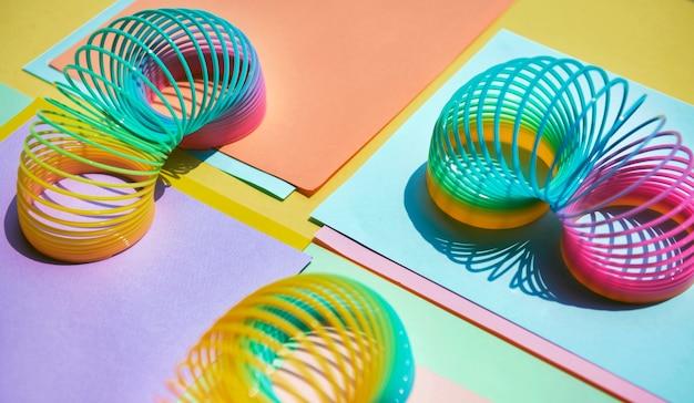 Gros plan du fond de jouet printemps arc-en-ciel Photo gratuit
