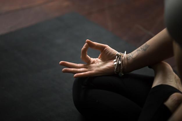Gros plan du geste de mudra, réalisé avec de jeunes doigts féminins Photo gratuit