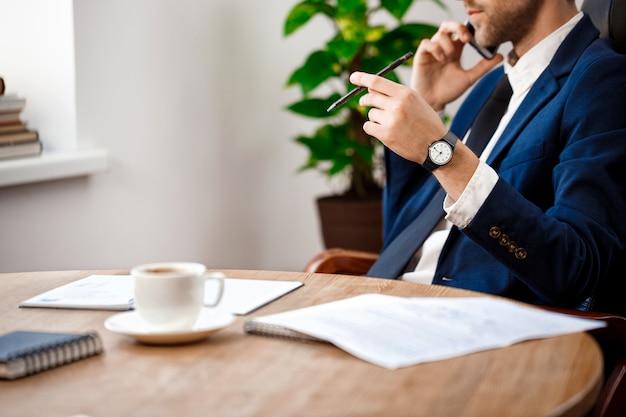 Gros Plan Du Jeune Homme D'affaires Prospère, Parlant Au Téléphone. Photo gratuit
