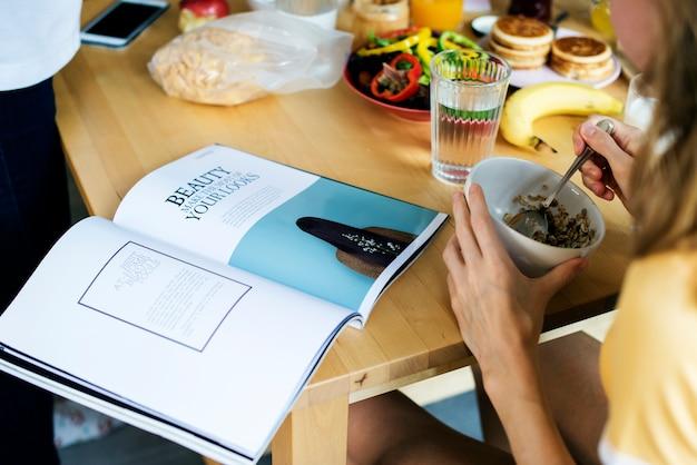 Gros plan du magazine de lecture de femme caucasien Photo Premium