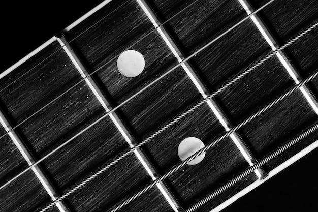 Gros Plan Du Manche De Guitare Acoustique Isolé Sur Noir Photo gratuit