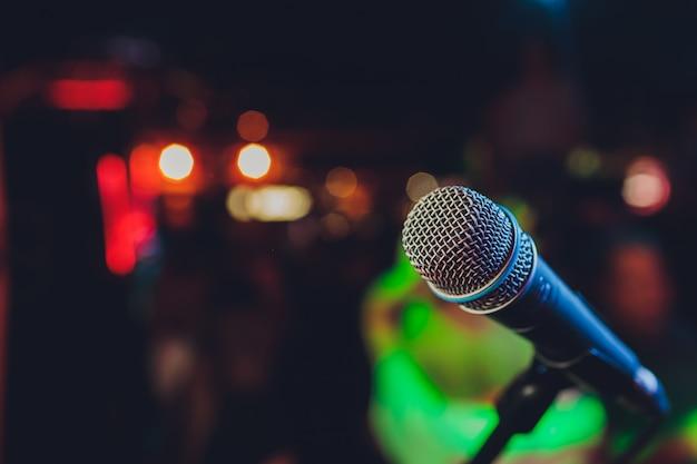 Gros plan du microphone dans la salle de concert ou la salle de conférence. Photo Premium