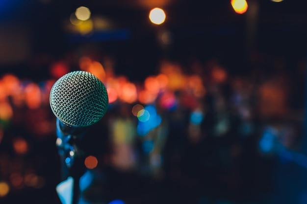Gros Plan Du Microphone Dans Une Salle De Concert Ou Une Salle De Conférence. Photo Premium